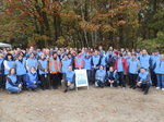 Pracownicy zakładu WINIARY podczas sprzątania lasu Winiarskiego 2013.JPG