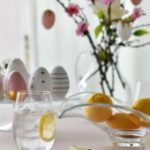Prostota i ekstrawagancja w jednym, czyli szklana aranżacja stołu na Wielkanoc